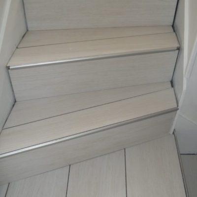 habillage d'escalier en imitation bois avant pose des plinthes